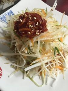 唐ジャンが上にのった健康サラダは お店の人気メニュー。