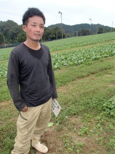 畑を案内する上川和志さん